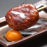 様々な部位を混ぜ合わせ作る「みつせ鶏のつくね」。