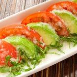 トマトとアボカドのカプレーゼ