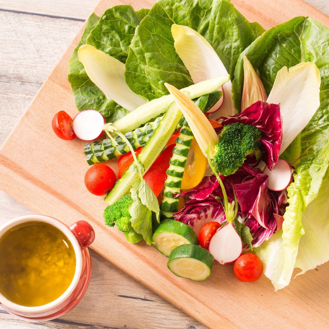 新鮮有機野菜のみずみずしい料理