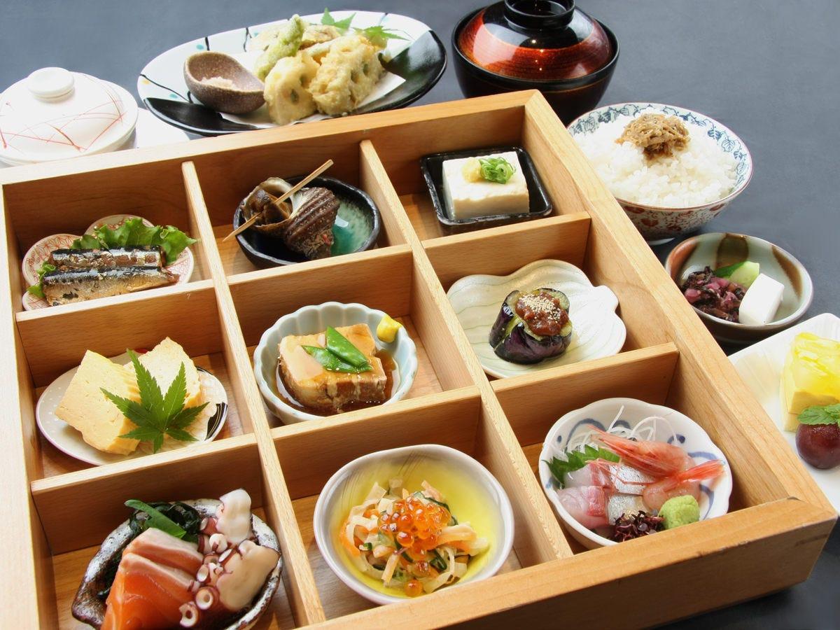 人気ランチ『四季彩御膳』9種類の小鉢が美しい