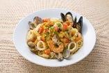 イタリア産カラスミを散らした魚介のペペロンチーノ