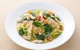 蒸し鶏とほうれん草、松の実のペペロンチーニスパゲティ