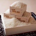 江戸前がってん寿司は寿司に一番合うとされている【宮城産 ササニシキ】を使用しております。粘りが少なくあっさりした口当たりが特徴です。近年は非常に少ない生産量の貴重なお米になりつつあります。