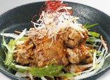 江戸前がってん寿司が創業当時から変わらぬ人気メニュー。貴重なマグロのホホ肉を竜田揚げにし、特製ダレと新鮮野菜で食べると肉に負けない旨さが広がります。