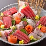 新鮮な刺身の盛り合わせ。日本酒にも甲州ワインにもお勧め。