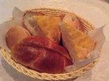 毎日数種類の自家製パンを作っております。