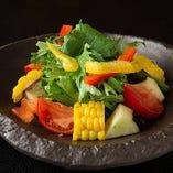 水茄子、とうもろこし、フルーツトマト、水菜のサラダ