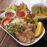 夜は様々なベトナム料理、ランチは麺料理のセットを中心に