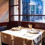 柔らかな光が差し込むテーブル席。記念日や誕生日のご利用に◎