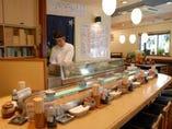 """""""たぶん日本一短い廻る寿司""""の 寿司カウンターと1階店内です"""