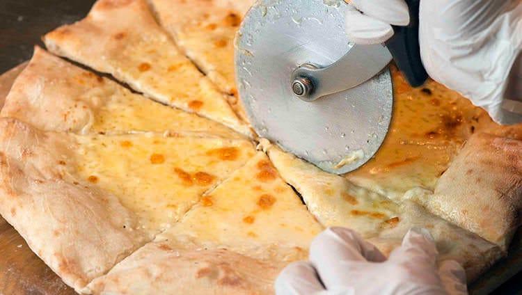 ピザ窯で焼き上げ!人気の本格ピザ