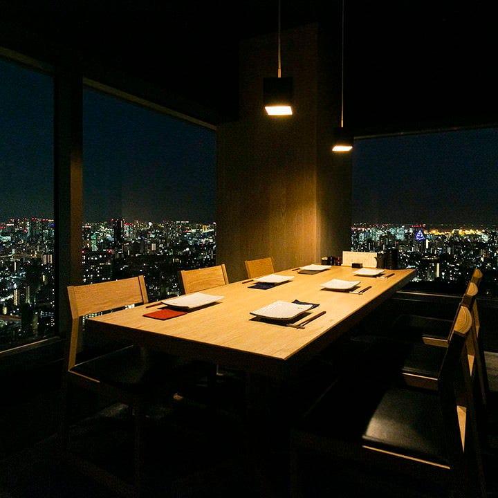 6名~最大8名様までご利用いただける、夜景の見える個室を完備