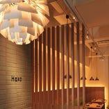 [和モダン空間] 間接照明が食事シーンを演出します。個室あり