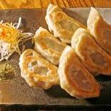 山椒塩で頂く「わど風焼きギョーザ」は当店オリジナル。