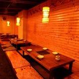 木や間接照明を基調とした店内。居心地の良い雰囲気が自慢です。