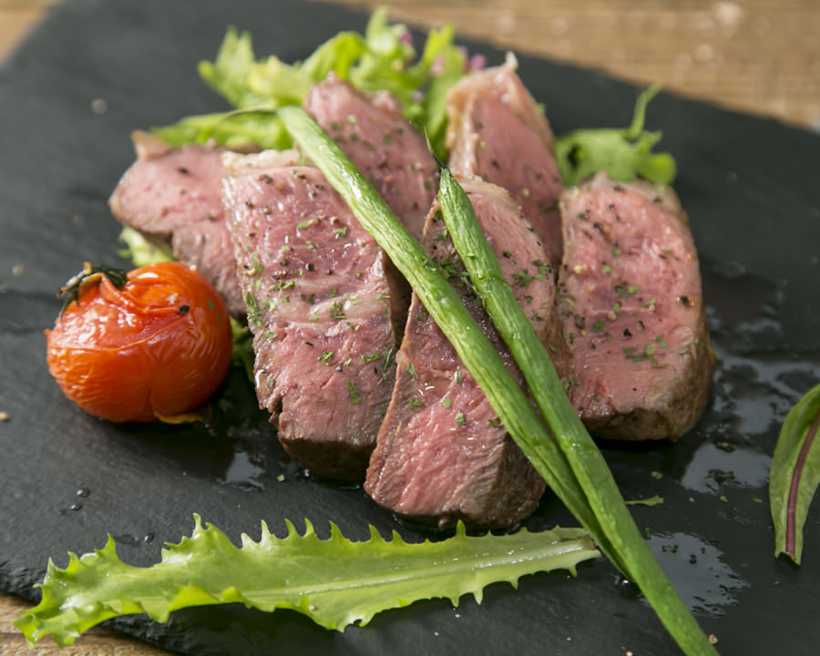 低温調理で焼いた黒毛和牛ステーキ