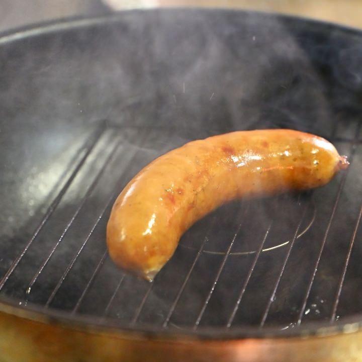 自家製イタリア風ソーセージをミズナラのチップで温燻製に