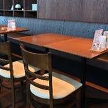 片側ソファーのテーブル席はテーブル同士の連結も可能