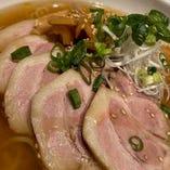 じっくり煮込んだ焼豚をなんと5枚乗せたさっぱりチャーシュー麺