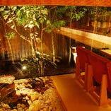 カウンターからはライトアップされた庭と、料理長が自慢の腕を存分にふるう姿を望める。