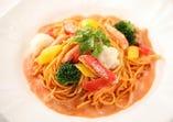 ズワイ蟹と彩り野菜のクリームトマトスパゲッティ パン・サラダ付
