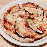 ピザはオーダーが入ってから生地を伸ばす本物の出来立てを