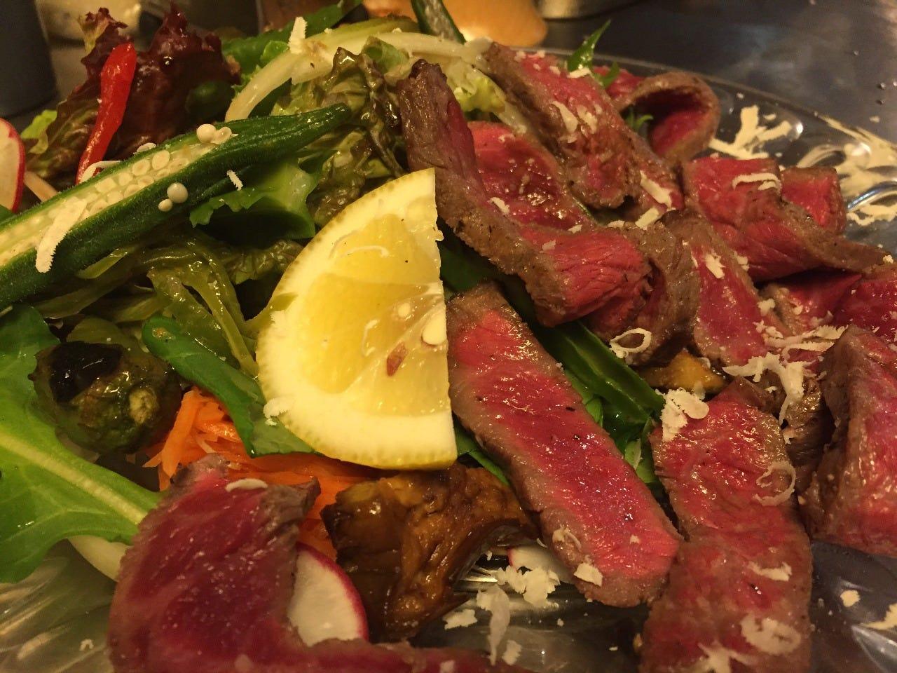 【黒毛和牛モモ肉のサラダ】 薪窯で焼き旨味たっぷり人気の一皿