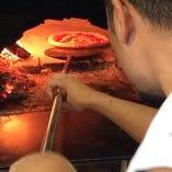 薪窯のある店内  Pizza 一押しです! テイクアウトできます