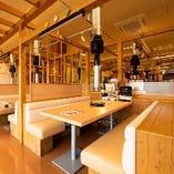 全175席の開放的な店内でお楽しみください<テーブル席・ボックス席・カウンター席>