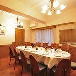 【2階ルームD】オーバル型のテーブルが印象的な格調高い空間|2~着席24/立食24名様