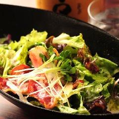 カリカリベーコンと温玉のシーザーサラダ