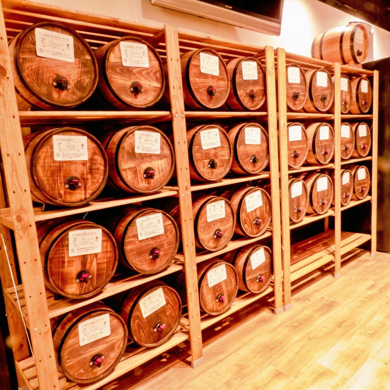 飲み放題!壁一面の30種の樽ワイン