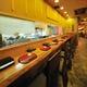 オープンキッチンのカウンター席が当店一番人気。