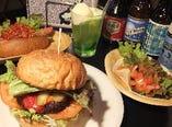 人気のハンバーガーはアメリカンサイズ!