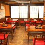 ●清潔な店内● <テーブルの2種類のタレに注目>