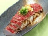 『黒毛和牛のタタキ』お肉の食べ方はいろいろ♪ステーキや炙り焼きなど、お好みでどうぞ。
