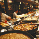 自慢の煮込み料理がずらりと 並んだカウンター席