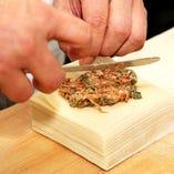 当店自慢の鉄鍋棒餃子は点心師が一つ一つお店で手作り。