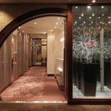 中国の桃源郷を思わせる入口を抜けると、幻想的に光輝く空間