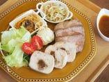 シェフのおすすめ肉料理と副菜 ~塩麹豚のローストポークと、クルミとイチジクのチキンロール~