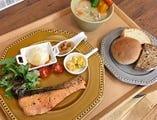 シェフのおすすめ魚料理と副菜 ~鮭の西京焼き・豚汁・パン~