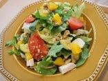 野菜だけではなく、肉・豆・フルーツまで入った具沢山の「パワーサラダ」