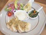シェフの気まぐれ肉料理と副菜 ~鶏むね肉のディアボラ風~
