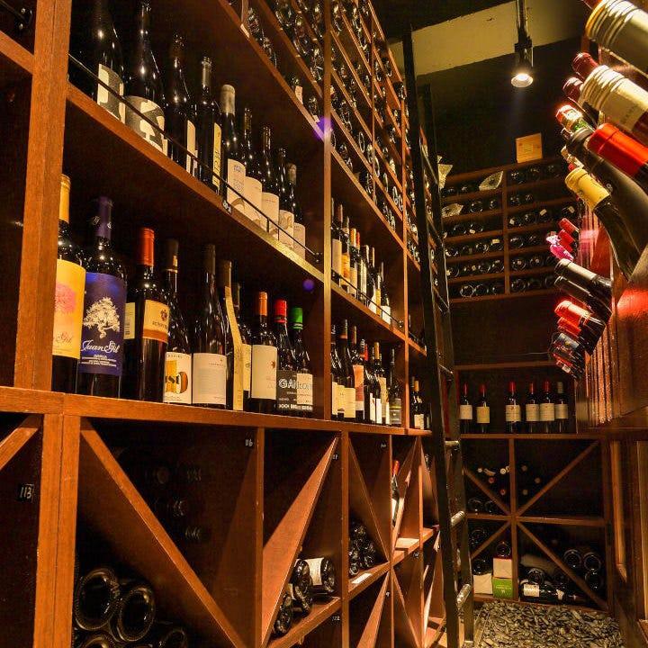 圧巻!!厳選したワイン600種超