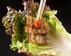 サンチュで包んで食べるサムギョプサルは絶品!