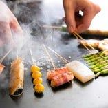 """鉄板神社の串は、オリーブオイルを使用して鉄板で焼く""""くわ焼き""""スタイル"""