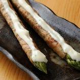 アスパラ豚巻。旬の畑から一番美味しいアスパラを仕入れています。ダシとマヨの相性バツグン!