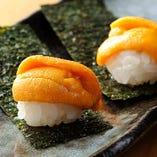 生ウニ寿司。一口サイズの焼きおにぎりの上にうにをのせました。