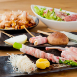 自慢の創作串10~11本にサラダやもちもち太麺の焼きそば、デザート串を楽しんで5,000円の飲み放題付宴会コース