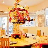 神輿を囲む円卓は、ぐるりと壁で仕切って個室としてもご利用いただけます。6~10名様まで。お祭り気分で盛り上がる、仲間との飲み会にどうぞ♪